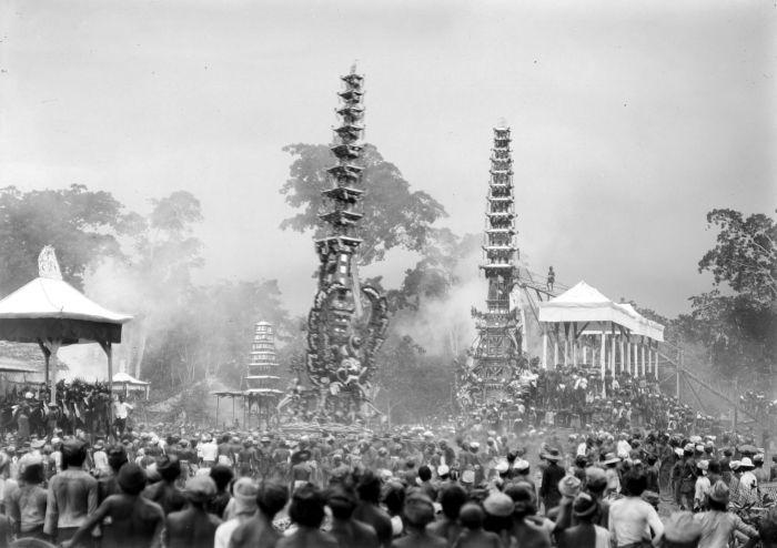 COLLECTIE_TROPENMUSEUM_Menigte_rondom_lijkentorens_tijdens_een_crematie_op_Bali_TMnr_10003760